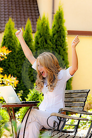 Femme réussi avec un ordinateur portatif