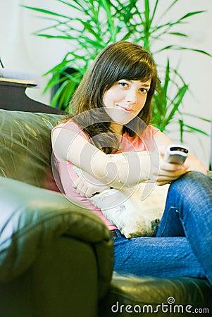 Femme regardant la TV à la maison