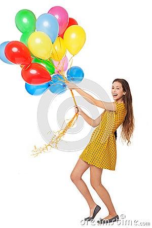 Femme retenant un groupe de ballons