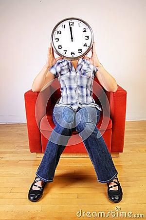 Femme retenant une horloge