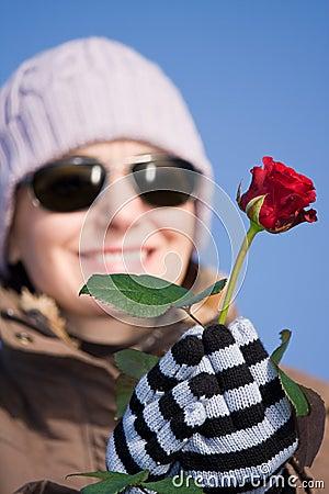 Femme avec la rose de rouge