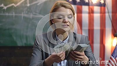 Femme sérieuse dans un argent de comptes de costume Économie et finances Femme avec l'argent du dollar pour le paiement illicite  banque de vidéos