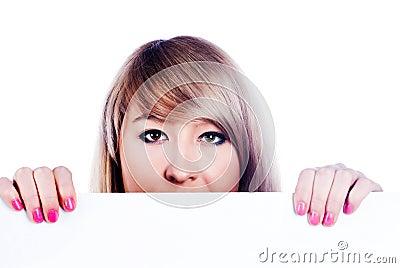 Femme se cachant derrière le panneau-réclame