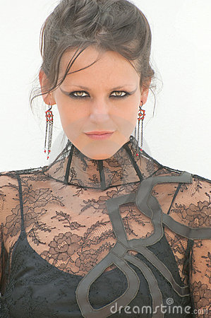 Femme sexy dans la robe de dentelle