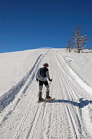 Femme snowshoeing