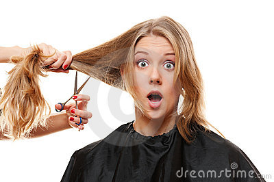 Femme stupéfait avec le longs cheveu et ciseaux
