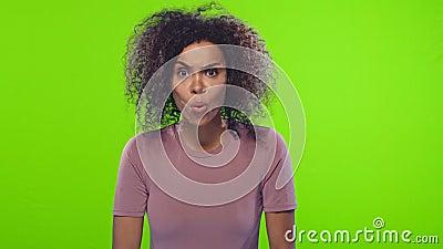 Femme stupéfiée et choquée avec une apparence attirante et une peau foncée clips vidéos