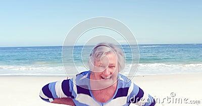 Femme supérieure drôle faisant des visages à l'appareil-photo clips vidéos