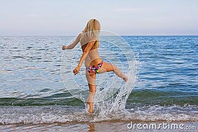 Femme Sur La Plage Images stock - Image: 15049654