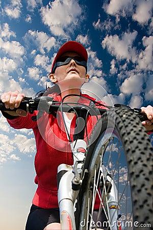 Femme sur une bicyclette