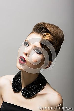 Expression. Stupéfaction. Le visage de la femme stupéfaite. Jeune étonné avec les perles noires
