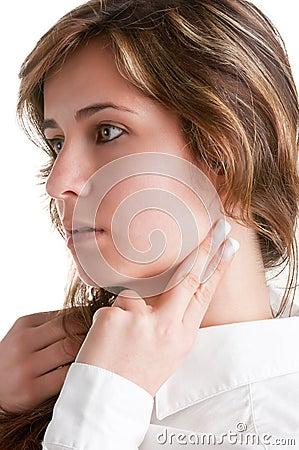 Femme vérifiant la fréquence cardiaque