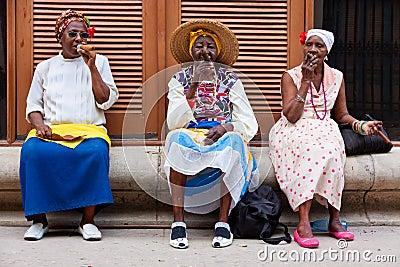 femmes-%C3%A0-vieille-la-havane-fumant-l