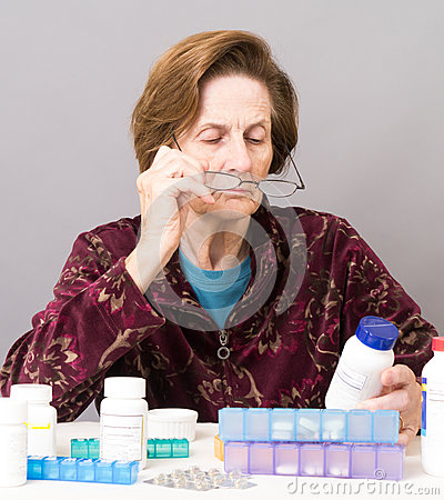 Femmes aînés manageant son médicament