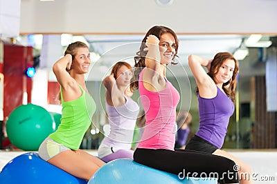 Femmes de forme physique de gymnastique - formation et séance d entraînement