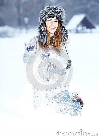 Femmes jouant avec la neige en stationnement