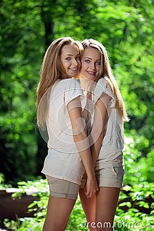 Femmes, jumelles dans la forêt