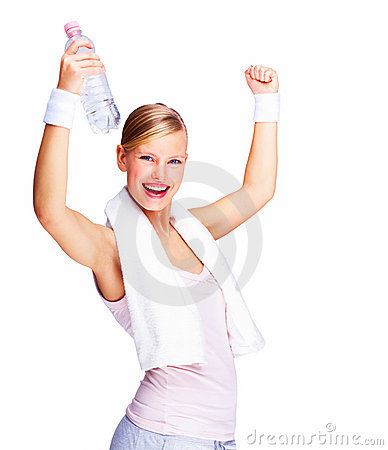 Femmina con le braccia alzate e il bott dell acqua