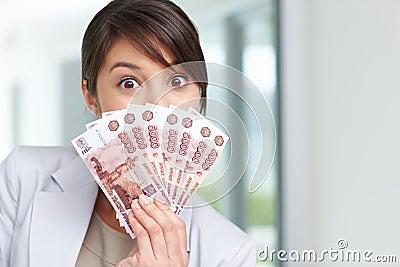 Femmina con un ventilatore delle note di valuta sopra il suo fronte