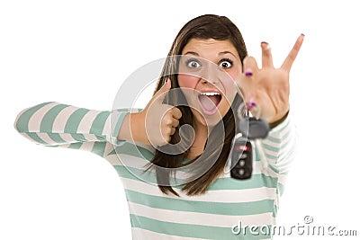 Femmina etnica con i tasti dell automobile e pollici in su su bianco