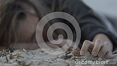 Femmina rapita che riprende conoscenza sulla spiaggia dopo la fuga, rinchiusa archivi video
