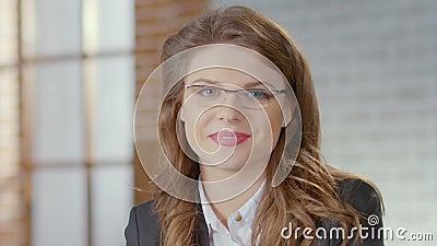 Femmina in vetri che esaminano macchina fotografica e che sorridono, la gente del mondo degli affari, affidabile video d archivio