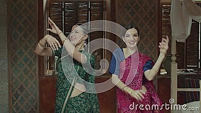 Femmine graziose in sari che ballano nel modo indiano stock footage