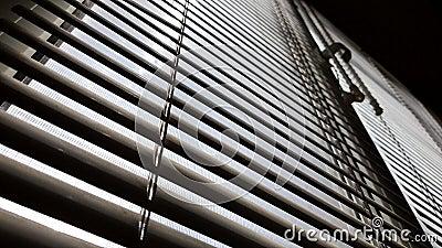Fenster mit verschlossenen Jalousen im dunklen Raum Jalousie Hintergrund Sonnenschein im Freien stock video