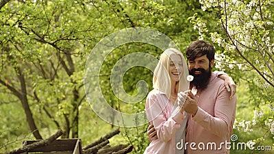 Ferme d'Eco Couples et légumes à la ferme Horizontal de zone d'herbe verte Couples d'été et moment sensuel Ferme d'Eco clips vidéos