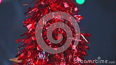 Fermeture de l'arbre artificiel de Noël rouge avec lumières bokeh fond pétillant pour la nouvelle année Espace de copie banque de vidéos