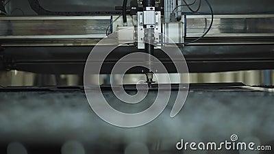 Fermeture de l'intérieur de la machine à découper en métal Équipement moderne sur le site de production Usine de production d'aci banque de vidéos