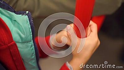 Fermeture des mains des enfants tenant une rampe dans un bus banque de vidéos