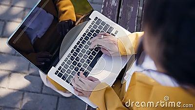 Fermez vers le haut de la vue supérieure des mains femelles dactylographiant sur le clavier d'ordinateur outdoors Jeune femme d'a clips vidéos
