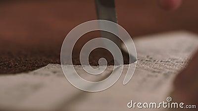 Fermez-vous d'un cordonnier piquant une pièce de la chaussure à un atelier clips vidéos