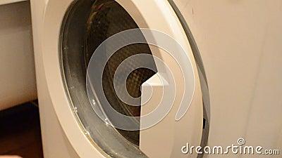 Fermez-vous de l'ouverture et de la fermeture masculines caucasiennes de main la porte d'une machine à laver blanche vide banque de vidéos