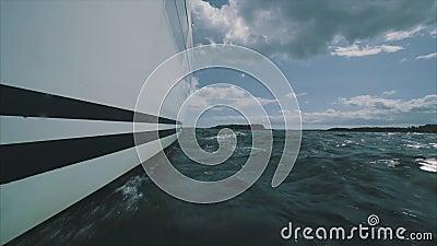 Fermez-vous sur l'arc d'un yacht de navigation banque de vidéos
