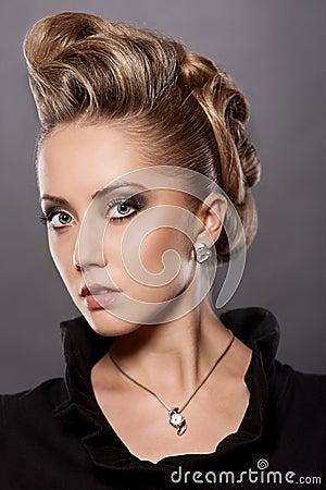 Fermez-vous vers le haut de la femme blonde avec la coiffure de mode