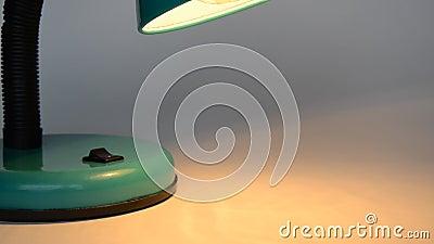 Fermez-vous vers le haut de la main masculine caucasienne prenant à Toy Plane From la scène et le dos, lumière chaude de Tableau banque de vidéos