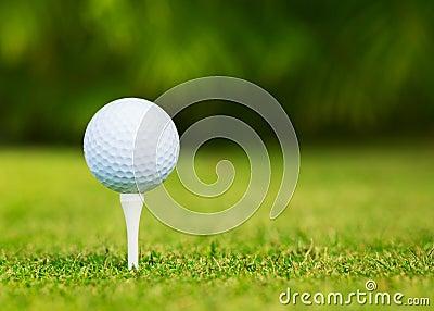 Fermez-vous vers le haut de la vue de la boule de golf sur la pièce en t