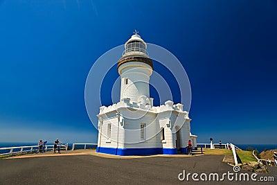 Fermez-vous vers le haut du phare de compartiment de Byron avec des cyclistes