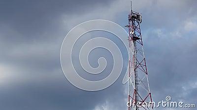 Fernsehturm timelapse mit Himmel- und Wolkenhintergrund antenne Time Lapse: Telekommunikations-Antenne mit stock video