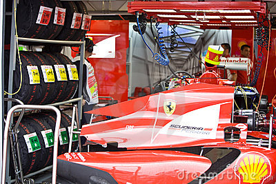 Ferrari-Team, das Auto Felipe-Massaâs vorbereitet Redaktionelles Bild
