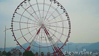 Ferris koło na niebie, chmury, miasta i góry zbiory wideo