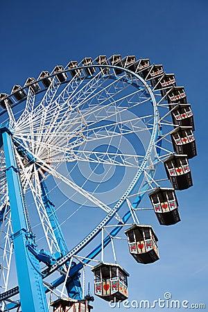 Ferris koło przeciw jasnemu niebieskiemu niebu