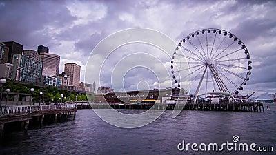 Ferris Wheel su un pomeriggio nuvoloso a Seattle video d archivio