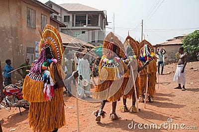 Festival de Otuo Ukpesose - el Itu se disfraza en Nigeria Foto editorial