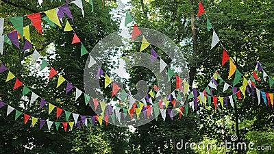 Festive de drapeaux en papier multicolore pour les fêtes Paysage pour une fête d'anniversaire pour enfants Décoration sur banque de vidéos