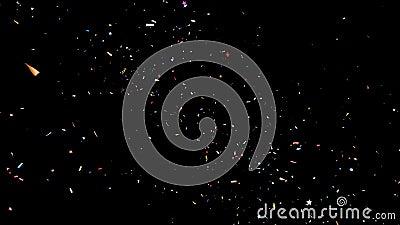Festliche Konfetti-Explosion in mehrfarbigen Farben auf schwarzem und grünem Hintergrund stock footage