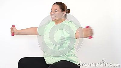 Fette Frau, die Übungen mit Dummköpfen macht stock footage