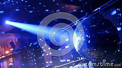 Feu disco nocturne privé en or Ambiance amusante au pub et dans les bars banque de vidéos